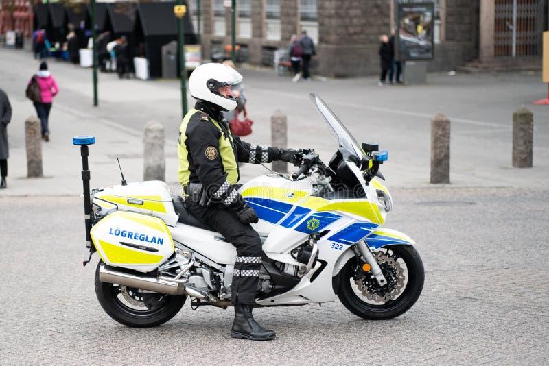 Policía de la motocicleta en Reykjavik Islandia imagenes de archivo