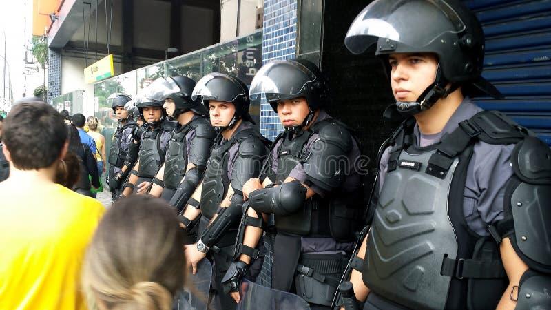 Policía de la tropa de choque Demostración a favor de la democracia Ciudad de Sao Paulo, el Brasil Suram?rica imágenes de archivo libres de regalías