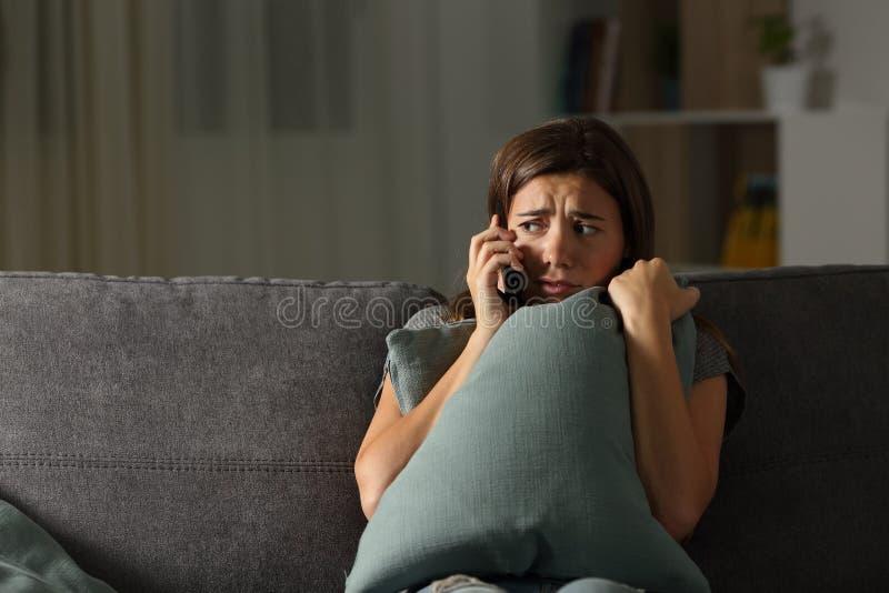 Policía de llamada adolescente asustada en casa imagenes de archivo