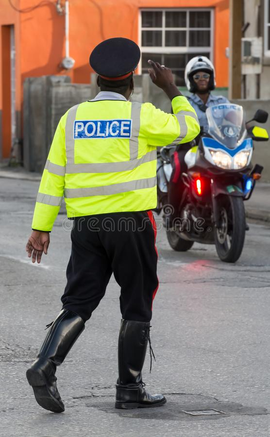 Policía de tráfico en Barbados que se saluda imagen de archivo libre de regalías