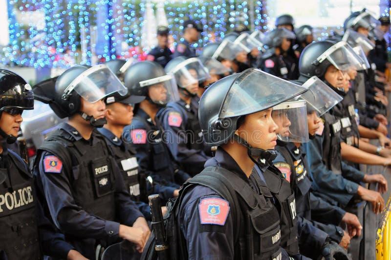 Policía del control de alboroto en una protesta en Bangkok imagenes de archivo