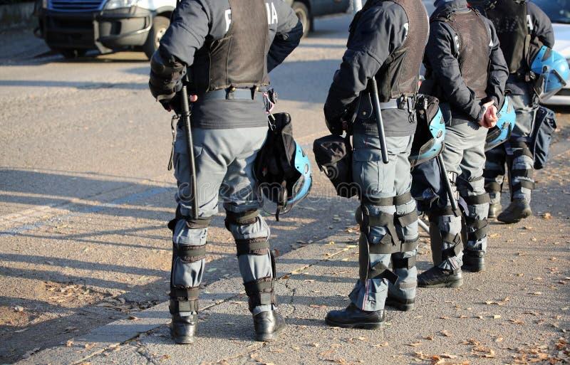 Policía en antidisturbios con las chaquetas de fuego antiaéreo y los cascos protectores y foto de archivo libre de regalías