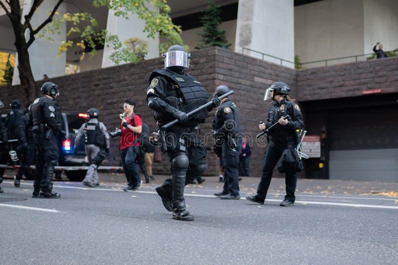 Policía en antidisturbios pesados con los bastones en Portland, Oregon foto de archivo libre de regalías