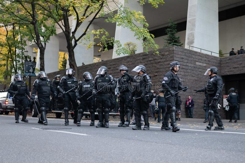 Policía en antidisturbios pesados durante protesta imágenes de archivo libres de regalías