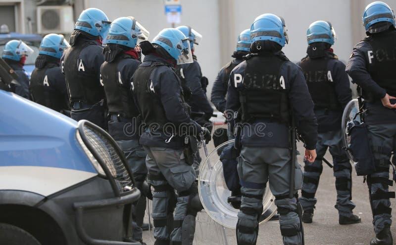 Policía italiana con los escudos y los antidisturbios durante el evento en la ciudad foto de archivo libre de regalías