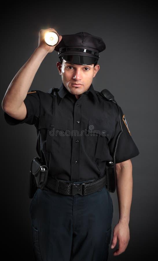 Policía o protector de seguridad que brilla una antorcha foto de archivo libre de regalías