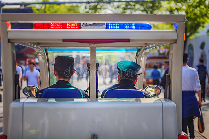 Policía peatonal en la calle peatonal