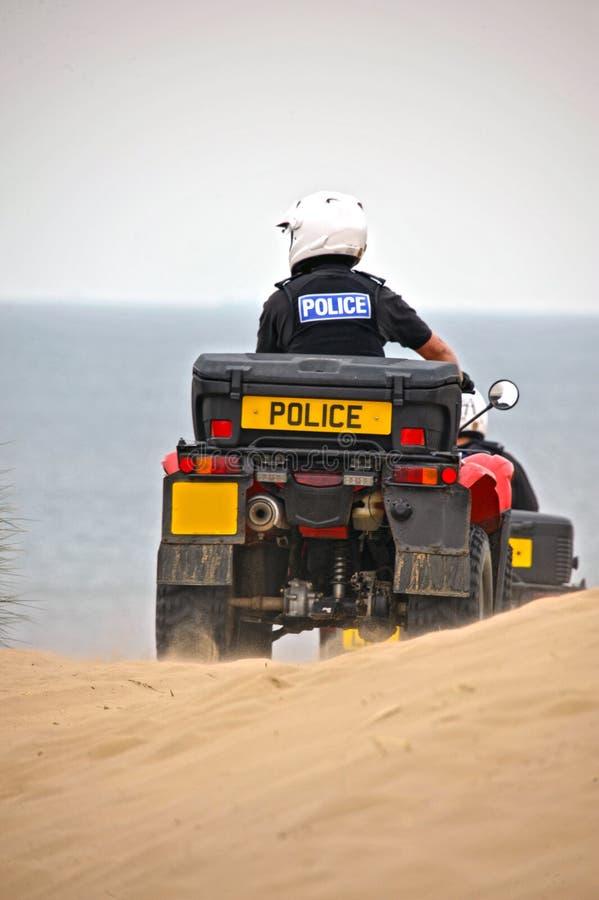 Policía que patrulla en las bicis del patio en las arenas de Formby, Reino Unido imágenes de archivo libres de regalías