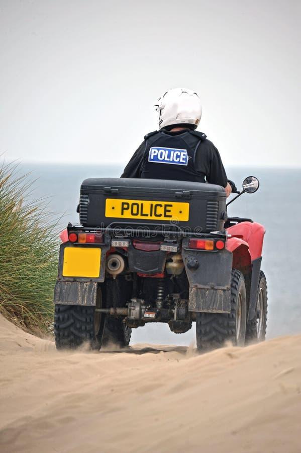 Policía que patrulla en las bicis del patio en las arenas de Formby, Reino Unido fotografía de archivo libre de regalías