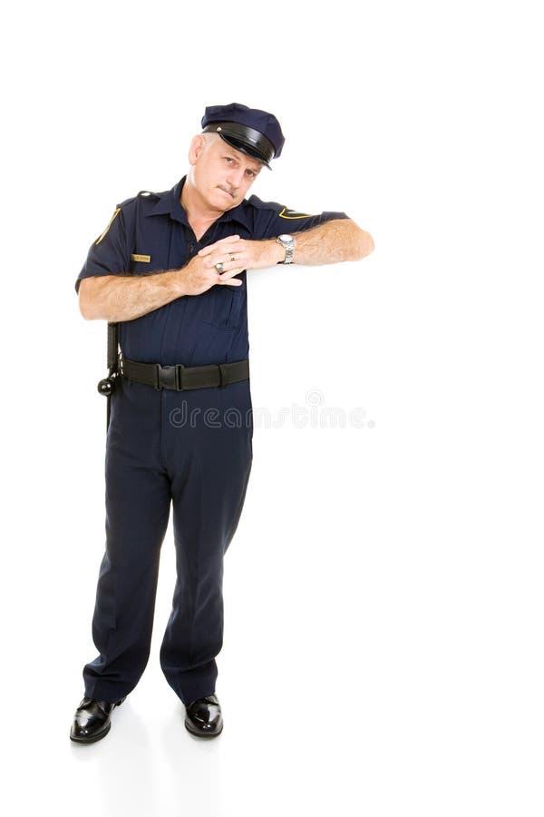 Policía que se inclina en el espacio blanco