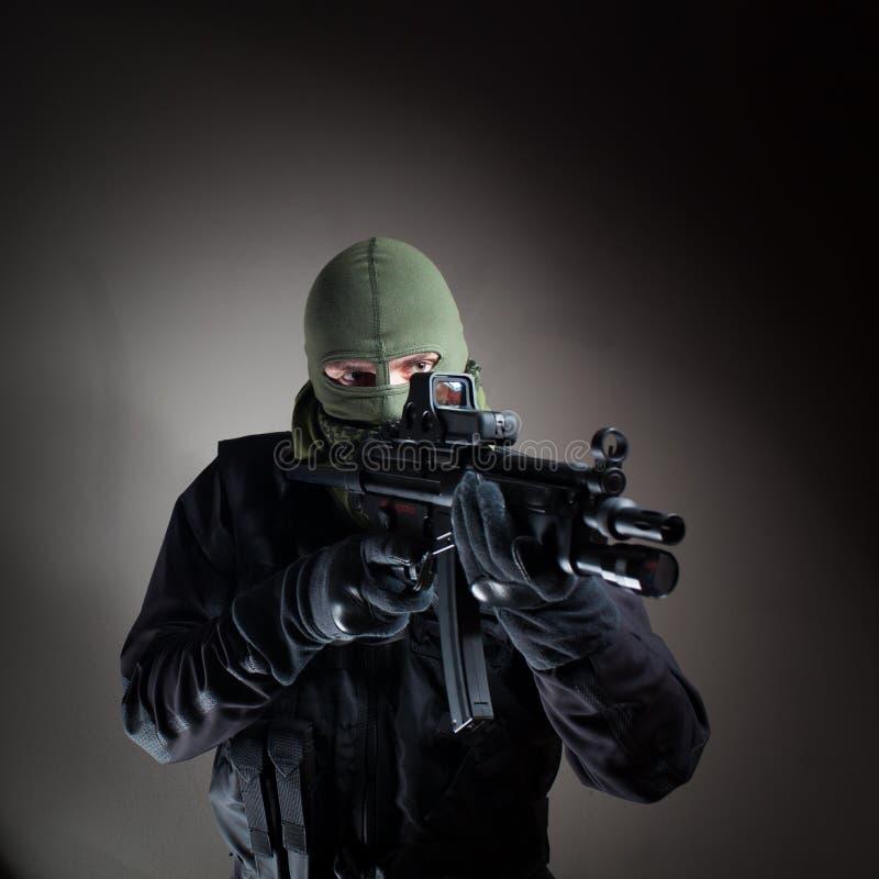 Policía/soldado antiterroristas de la unidad durante la operación de noche imagen de archivo libre de regalías