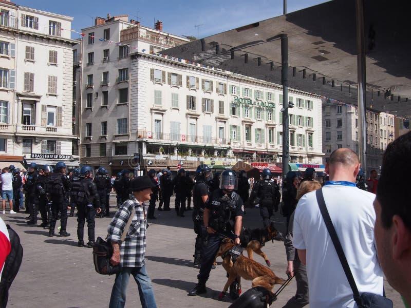 Policía y fans ingleses en Marsella fotografía de archivo