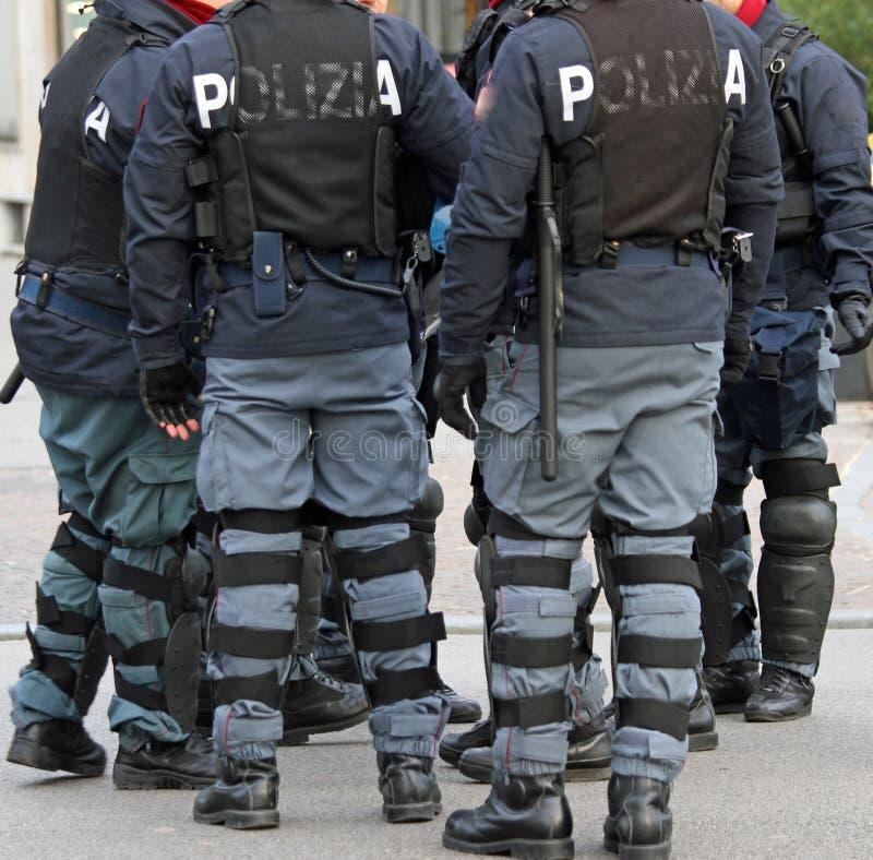 Policías con la chaqueta a prueba de balas y el bastón durante el revo imágenes de archivo libres de regalías