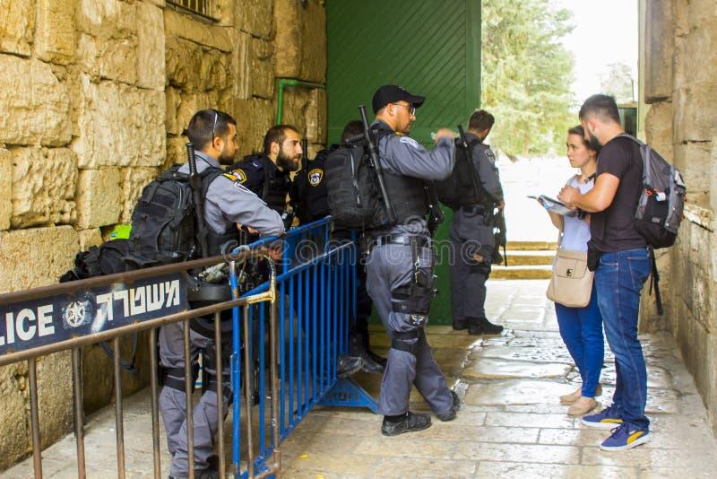 Policías de Seguridad israelíes en el trabajo en la salida del norte de la bóveda de fotografía de archivo