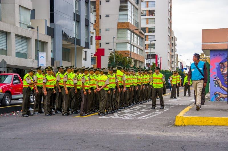 Policías que esperan a papa Francis Popemobile fotografía de archivo