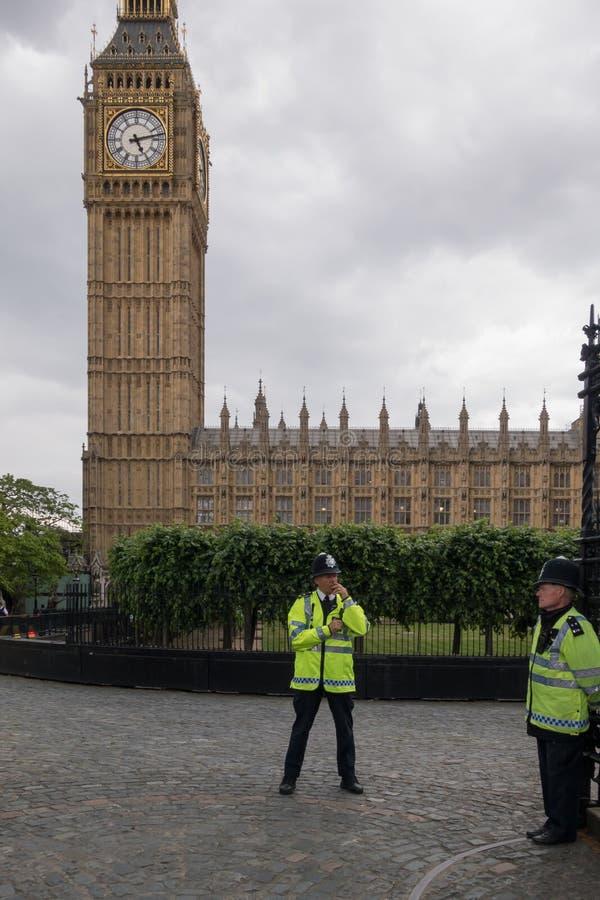 Police britannique à côté de Big Ben à Londres en juin 2015 l'angleterre Le Royaume-Uni photographie stock