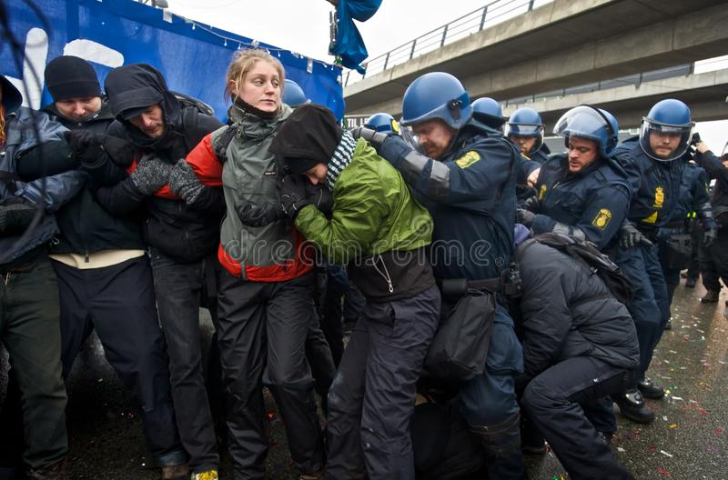 Police cassant vers le haut un réseau des protestataires photos stock