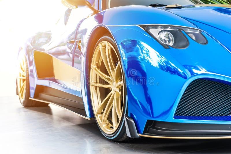 Police d'une voiture de luxe de sport bleu dans le coucher du soleil image stock