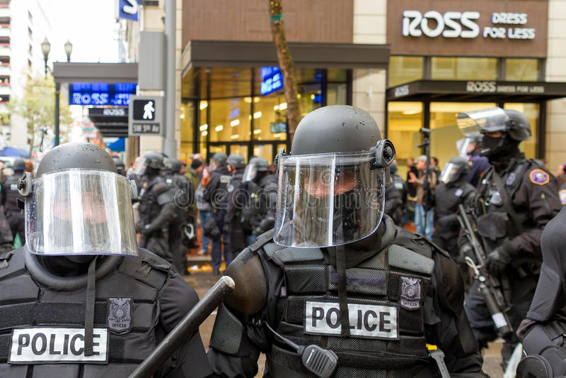 Police de Portland en plan rapproché de tenue anti-émeute photos stock