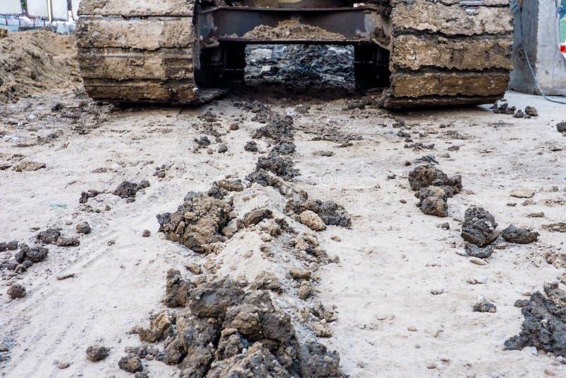 Police du chargeur aterpillar de tracteur travaillant à l'argile moulu photographie stock