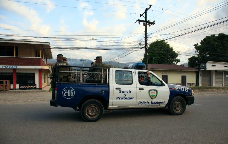 Police nationale hondurienne sur la patrouille photographie stock