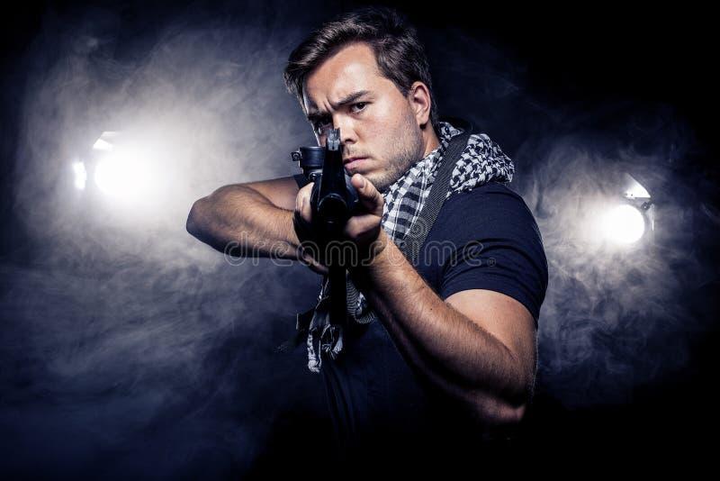 Police ou modèle militarisée avec l'arme à feu d'Airsoft photos stock