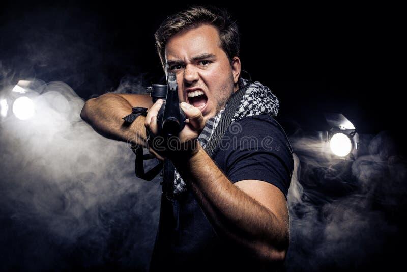 Police ou modèle militarisée avec l'arme à feu d'Airsoft photographie stock