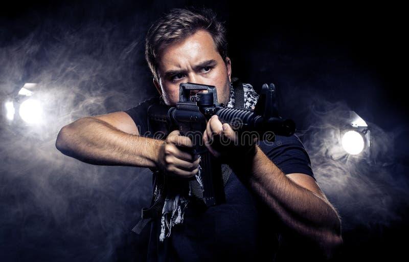 Police ou modèle militarisée avec l'arme à feu d'Airsoft photo libre de droits