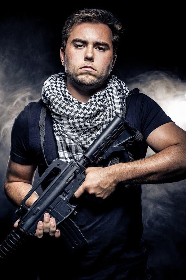 Police ou modèle militarisée avec l'arme à feu d'Airsoft image libre de droits