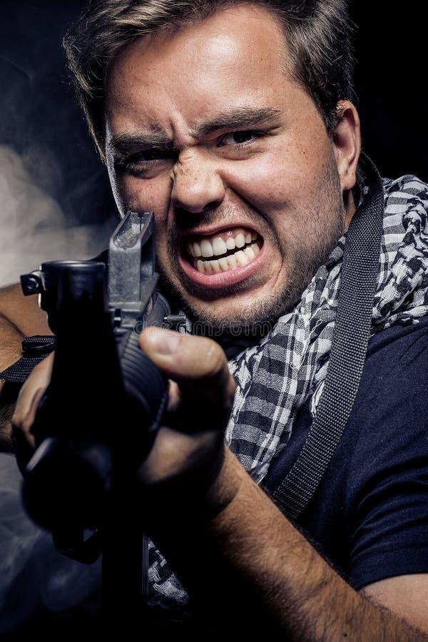 Police ou modèle militarisée avec l'arme à feu d'Airsoft photos libres de droits