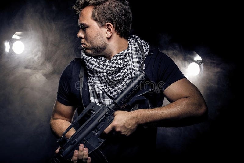 Police ou modèle militarisée avec l'arme à feu d'Airsoft image stock