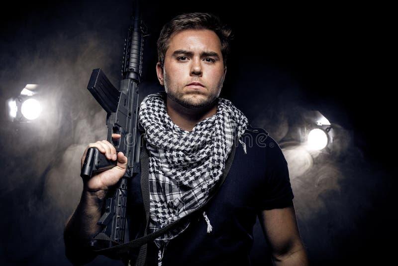 Police ou modèle militarisée avec l'arme à feu d'Airsoft photo stock