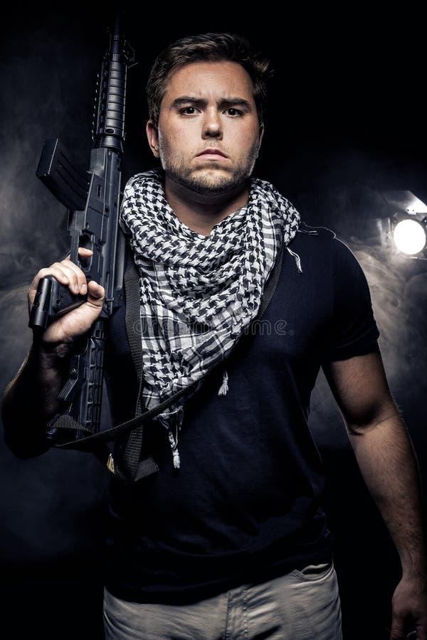 Police ou modèle militarisée avec l'arme à feu d'Airsoft photographie stock libre de droits