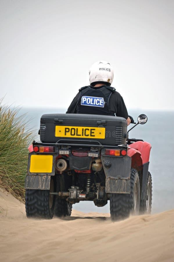 Police patrouillant sur des vélos de quadruple sur les sables de Formby, Royaume-Uni photos stock