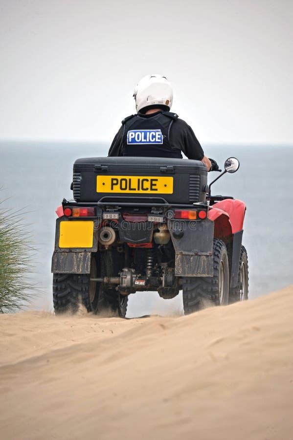 Police patrouillant sur des vélos de quadruple sur les sables de Formby, Royaume-Uni images stock