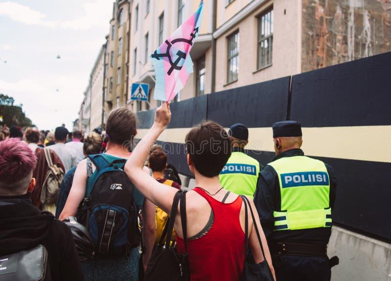 Police près des activistes d'antifascism sur le festival de fierté de Helsinki sur la rue photo libre de droits