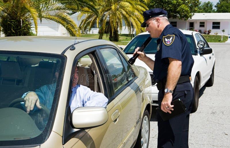 Police - recherchant avec Flashl photo stock
