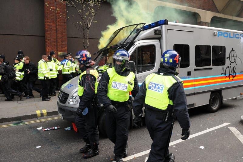 Police sous l'attaque pendant une émeute à Londres photos libres de droits