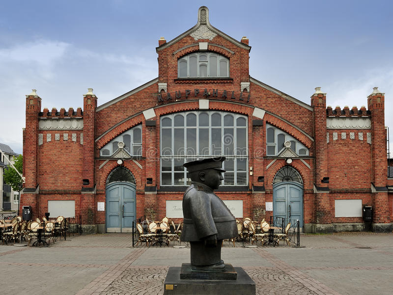 The Policeman statue (Toripolliisi) and the Market Hall on Market Square, Oulu, Finland stock photos