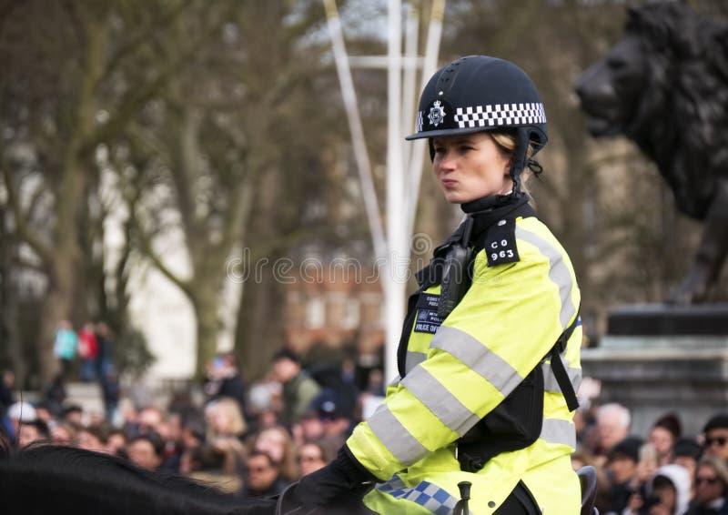 Policière de LONDRES à cheval au Buckingham Palace images stock