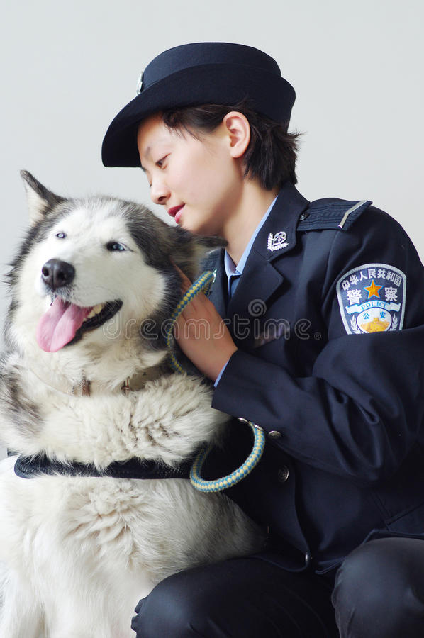 Policière et chien policier images stock