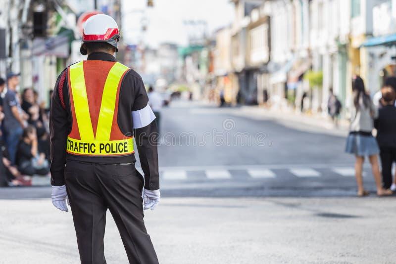 Polici drogowa pozycja na drodze podczas gdy robić pracie zdjęcia royalty free