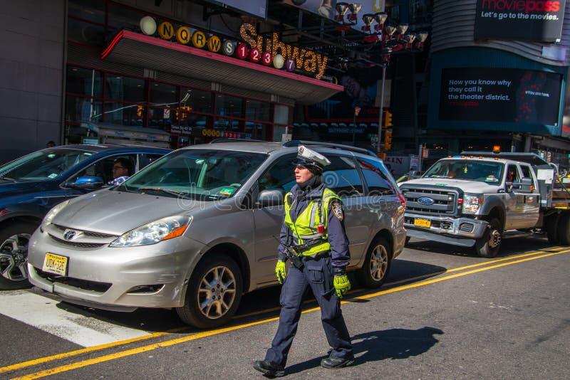 A policial do tráfego de New York City está no meio da 42nd rua no tráfego de direção do Times Square imagem de stock royalty free