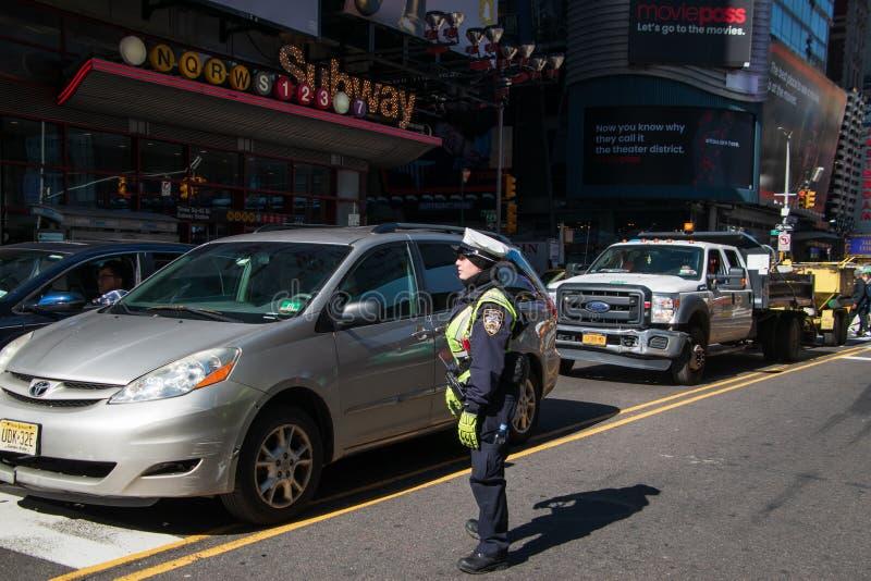 A policial do tráfego de New York City está no meio da 42nd rua no tráfego de direção do Times Square fotos de stock