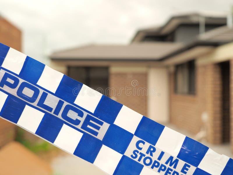 Policie a fita que cordoning fora de um terreno de construção como uma cena do crime imagem de stock