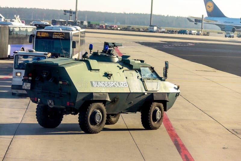 Policie o veículo blindado no aeroporto de Francoforte internacional, o aeroporto o mais ocupado da proteção de Alemanha foto de stock royalty free