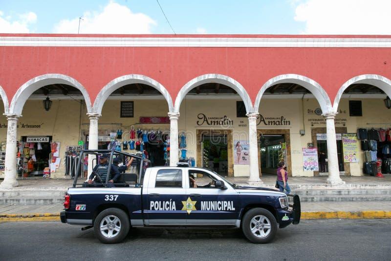 Policie a patrulha em uma rua no centro de Merida, Iucatão, Mex imagens de stock royalty free