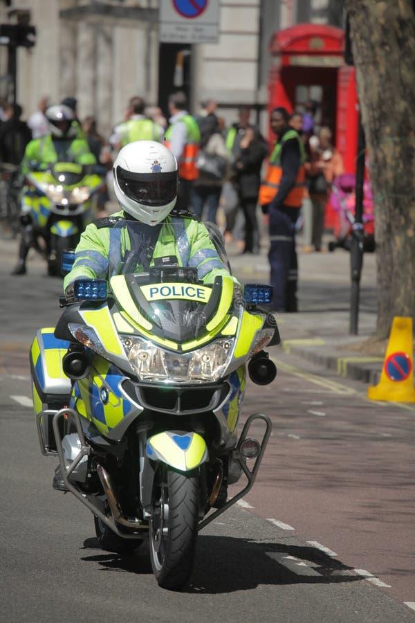 Policier anglais sur la motocyclette images libres de droits