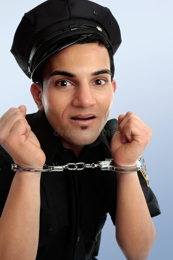 Policier avec des menottes image libre de droits
