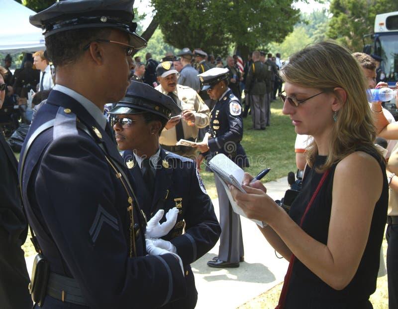 Policier d'entrevues de journaliste photo libre de droits